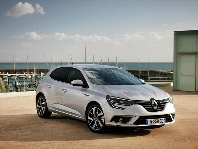 Renault nigdy nie było mocnym graczem na rynku samochodów kompaktowych. Jasne, Megane było i jest bardzo popularne, ale osoby rozglądające się za przedstawicielem segmentu C na rynku wtórnym o wiele chętniej sięgają po sprawdzone propozycje z Niemiec lub Czech. Trzeba jednak przyznać, że Megane, nadal obowiązującej czwartej generacji, to bardzo ciekawa propozycja dostępna w wielu interesujących odmianach. Fot. Renault