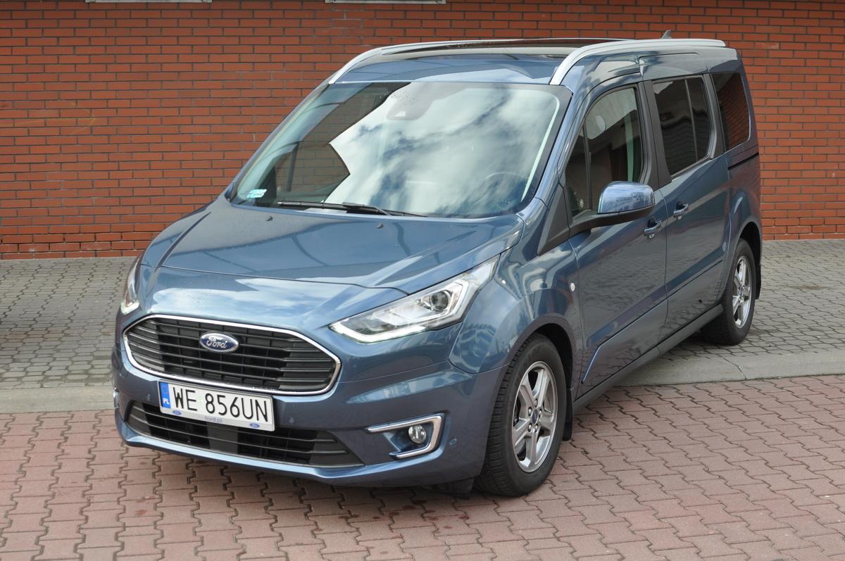 Masz dużą rodzinę, z którą lubisz podróżować? Nie lubisz SUV-ów, a priorytetem jest dla ciebie funkcjonalność wnętrza? Być może powinieneś zainteresować się segmentem kombivanów. W naszym teście solidny przedstawiciel tego gatunku - Ford Grand Tourneo Connect 1.5 EcoBlue z ośmiobiegową, automatyczną skrzynią biegów.  Fot. Jakub Mielniczak
