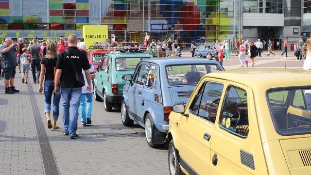 """Fiat 126p  Dokładnie 44 lata temu z taśmy montażowej w Bielsku-Białej zjechał pierwszy egzemplarz Fiata 126p. Samochód szybko stał się obiektem pożądania – głównie dlatego, że wtedy na rynku motoryzacyjnym nie było większej alternatywy. Dzisiaj historia zatoczyła koło i poczciwy """"Maluch"""" zdobywa coraz to nowe rzesze fanów, osiągając niejednokrotnie bardzo wysokie ceny.  Fot. Łukasz Kasprzak"""