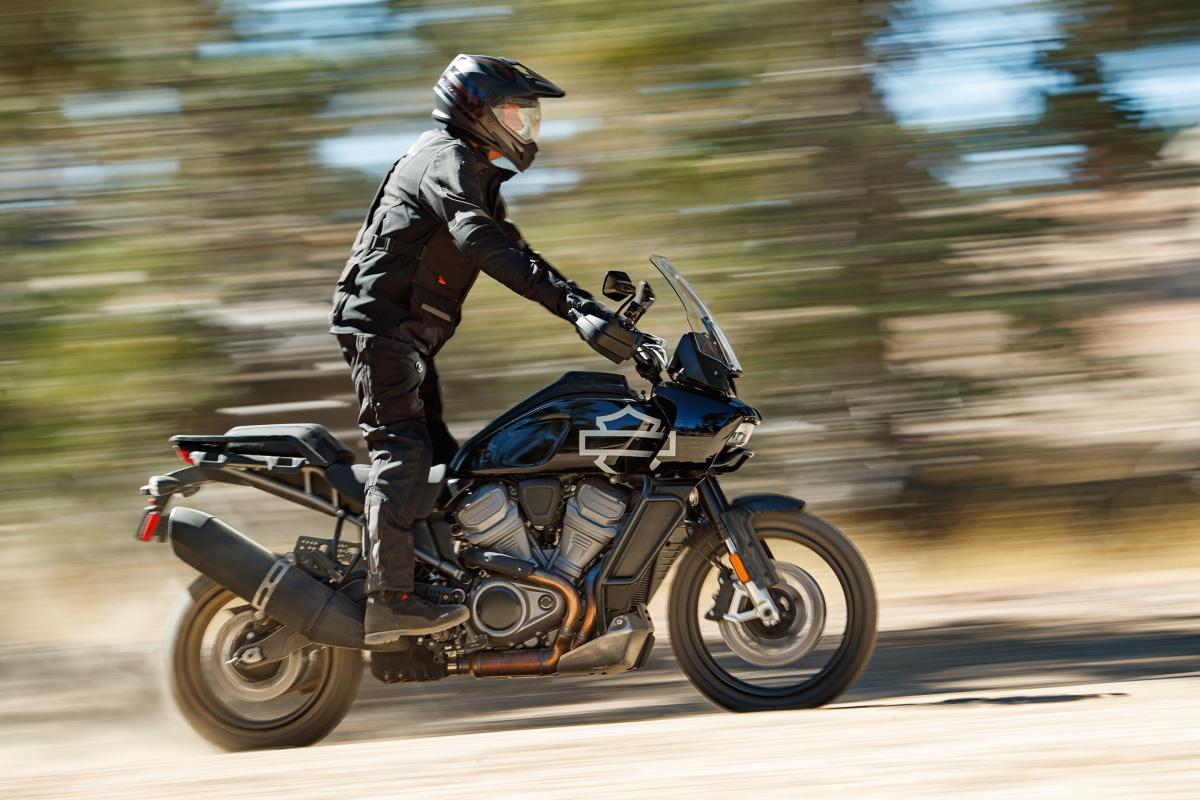 Harley Davidson Pan America  Nowy silnik w układzie V (rozchylenie cylindrów 60°), zaprojektowany dla nowej serii motocykli Harley-Davidson, ma dwie pojemności: 1250 cm3 wykorzystany w nowym motocyklu Harley-Davidson Pan America i 975 cm3 wykorzystany w modelu Bronx. Obie maszyny, pokazano po raz pierwszy - jako prototypy - w lipcu 2018 r.  Fot. Harley Davidson