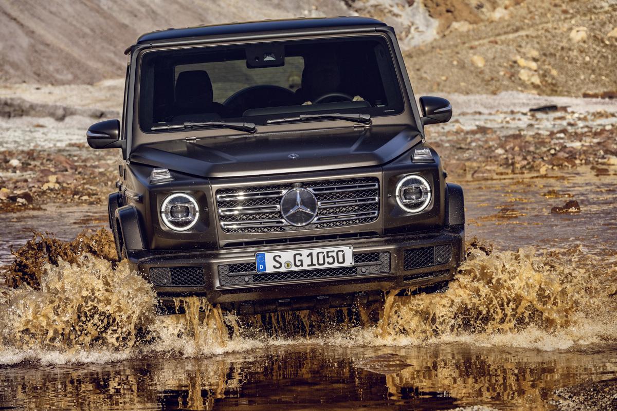 Mercedes Klasy G   Nowa G-klasa jest teraz o 53 mm dłuższa i o 121 mm szersza. Przekłada się to na więcej miejsca w kabinie. Jeśli chodzi o wygląd, nadwozie nie zostało poddane znaczącym modyfikacjom.  Fot. Mercedes-Benz