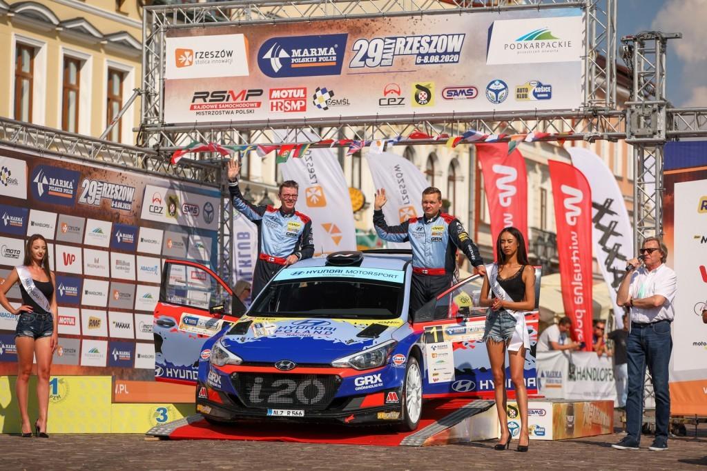 Długo musieli czekać na rozpoczęcie sezonu zawodnicy startujący w Rajdowych Samochodowych Mistrzostwach Polski (RSMP). 29. edycja Rajdu Rzeszowskiego padła łupem Jari Huttunen (Hyundai i20 R5), pilotowanego przez Mikko Lukkę. 26-letni Fin był faworytem zmagań na wymagających trasach Podkarpacia, ale końcowy sukces nie przyszedł mu łatwo. Na pozycję lidera awansował bowiem dopiero po przedostatnim odcinku specjalnym.  Fot. materiały prasowe