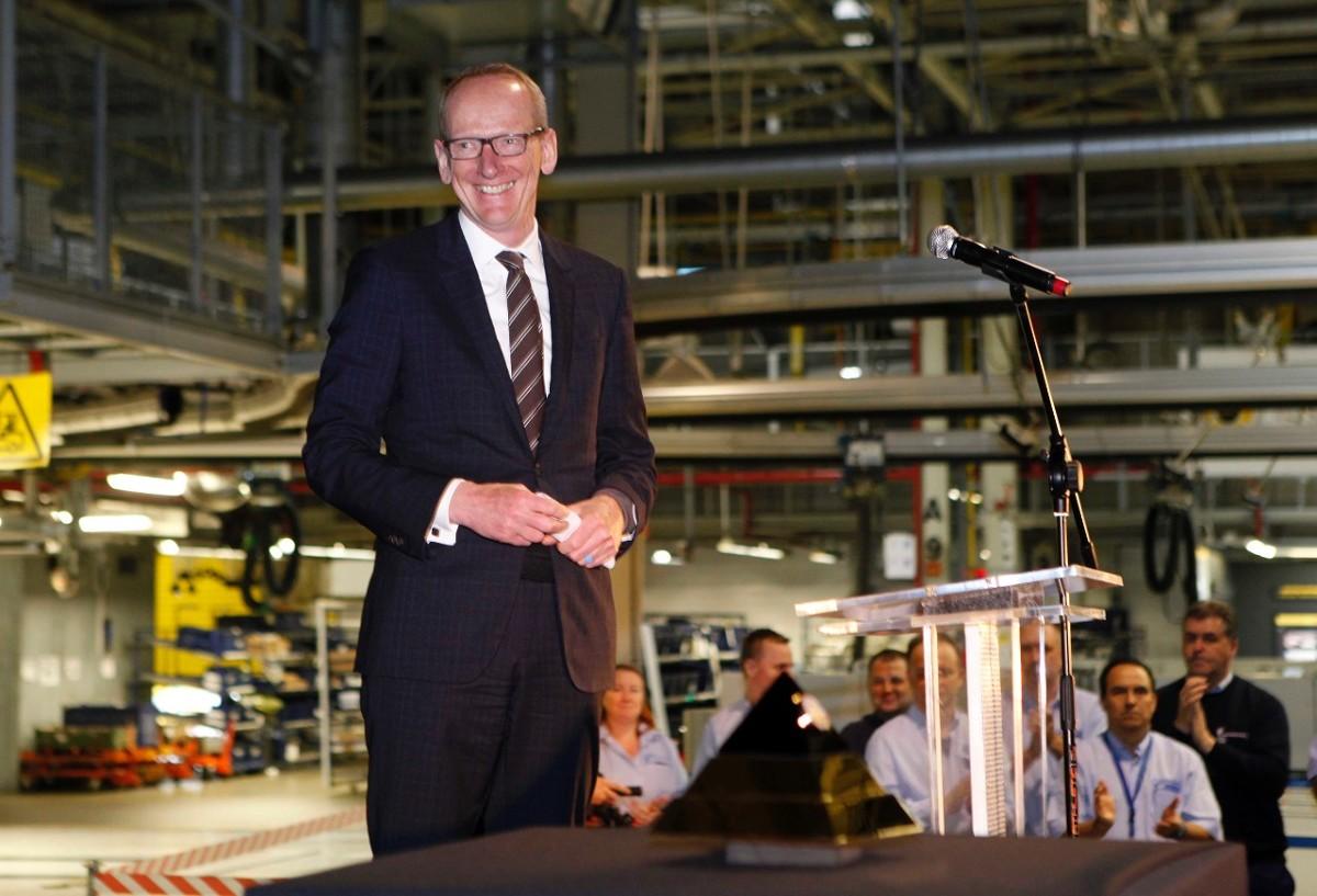 """Dyrektor generalny firmy Opel, Karl-Thomas Neumann, odwiedził zakład w Gliwicach krótko po Międzynarodowym Salonie Motoryzacyjnym w Genewie, gdzie nowy Opel Astra otrzymał tytuł europejskiego """"Samochodu Roku 2016"""" / Fot. Opel"""