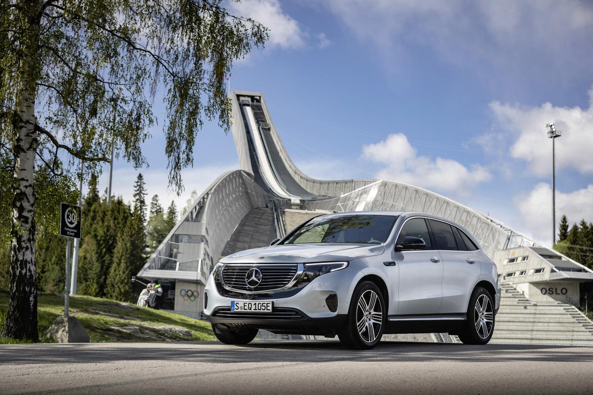 Mercedes EQC   Samochody elektryczne, których będzie przecież coraz więcej wymagają bowiem innego o nich myślenia. Ta nowa era wymaga również nowego stylu jazdy. Trzeba przede wszystkim pamiętać, że auto na prąd powinno się ładować wtedy, gdy mamy tylko dostęp do ładowarki. Zasięg EQC wynosi wprawdzie ponad 400 kilometrów, ale nie zaszkodzi zawsze mieć w akumulatorach (ważą 600 kg) możliwie duży zapas energii. Miejsca ładowarek znajdziemy w nawigacji.  Fot. Mercedes-Benz