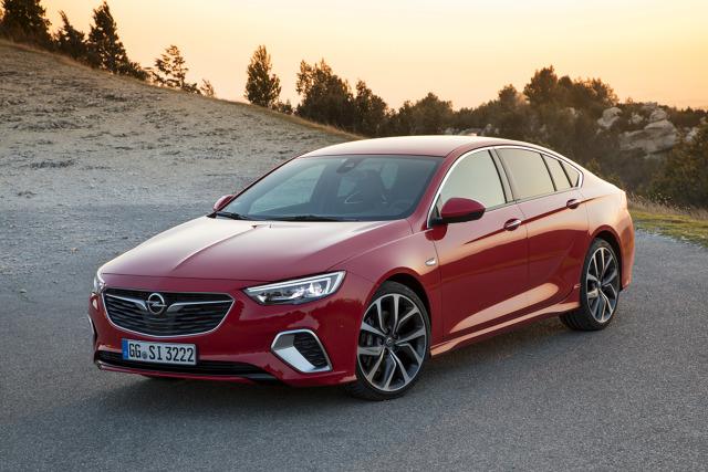 Opel Insignia GSI   Auto występuje w dwóch wersjach silnikowych. Słabsza jest wyposażona w czterocylindrowego turbodiesla o pojemności 2 litrów i mocy 210 KM. W wersji benzynowej Insignia GSI jest wyposażona w czterocylindrową jednostkę 2.0 Turbo, która rozwija moc 260 KM.  Fot. Opel