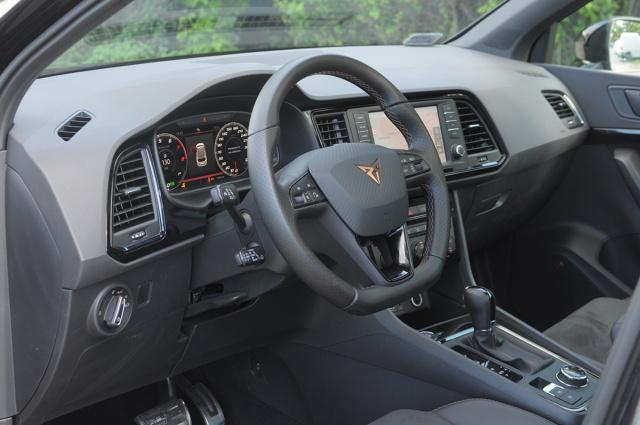Hot SUV - takie określenie chyba najlepiej pasuje do tego auta. 300-konna Cupra Ateca chce być zarówno rodzinnym towarzyszem wakacyjnych wyjazdów, jak i pełną wigoru sportową zabawką. Podczas tygodniowego testu sprawdziliśmy, na ile takie karkołomne połączenie się udało.   Fot. Jakub Mielniczak