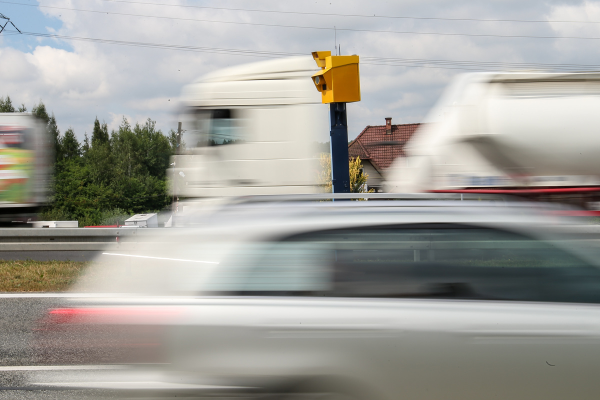 """Jak kierowcy zachowują się przy fotoradarach? Czy jadą zgodnie z obowiązującą prędkością? A może """"dla pewności"""" poruszają się znacznie wolniej? Reakcje Polaków na widok stacjonarnych fotoradarów przeanalizowali specjaliści z systemu Yanosik.  Fot. Anna Kaczmarz"""