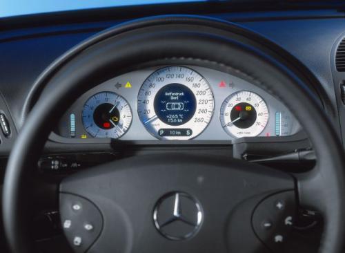 Jak uczy ergonomia prędkościomierz powinien zajmować centralne miejsce i być największym ze wskaźników. Pod tym względem idealnie jest w Mercedesie klasy E.