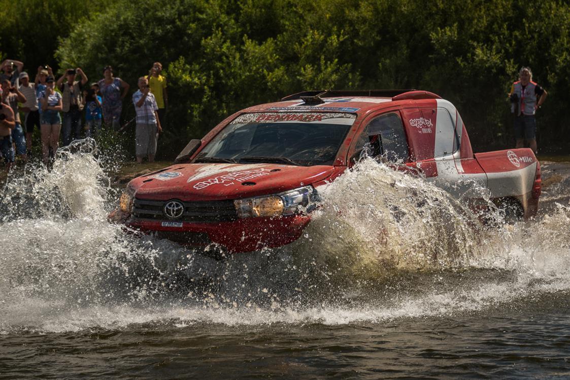 Silk Way Rally 2016  W czasie całej imprezy tylko zespoły prowadzące Toyoty były w stanie rywalizować o pierwsze miejsce w klasie T2. Walka rozegrała się przede wszystkim między Astana Motorsport a fabrycznym zespołem Toyota Autobody, który ostatecznie zajął drugą pozycję.   Fot. Toyota