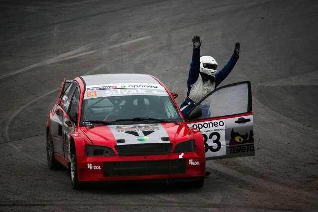 Przedostatnia runda OPONEO Mistrzostw Polski Rallycross, która odbyła się w Toruniu obfitowała w zacięte pojedynki i nieoczekiwane zwroty akcji. Wśród najważniejszych aktorów tego widowiska znalazł się również Robert Czarnecki, które po przerwie ponownie zasiadł za kierownicą Mitsubishi Lancera najszybszej kategorii SuperCars.  Fot. materiały prasowe