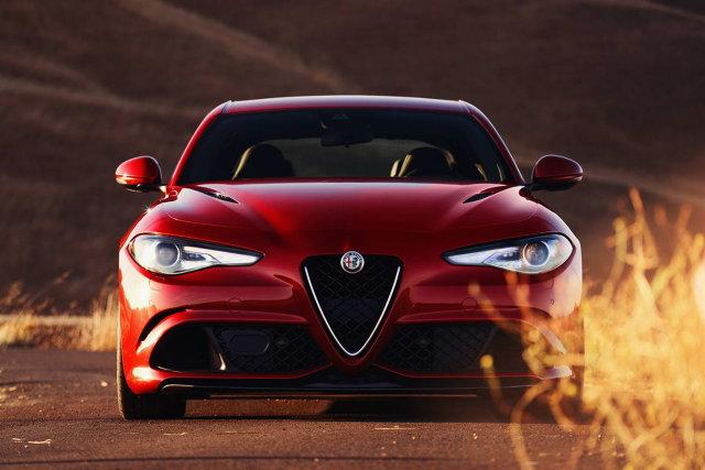Alfa Romeo Giulia  Włosi przewidzieli trzy wersje wyposażenia: Giulia, Giulia Super oraz sportowa Giulia Quadrifoglio. Bazowa odmiana to m.in. automatyczne światła z czujnikiem zmierzchu, światła przeciwmgłowe oraz światła do jazdy dziennej oraz tylne LED.   Fot. Alfa Romeo
