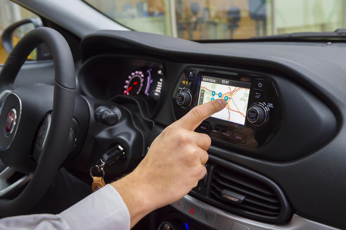 Nowy Fiat Tipo  Przeróżne opcje, zakładki i przyciski. Pokładowe systemy multimedialne, które w założeniu powinny ułatwiać kierowcy życie, często je komplikują. Nie jest to jednak regułą. Montowany do nowego Fiata Tipo system UConnect jest przyjazny i prosty w obsłudze.  Fot. Fiat