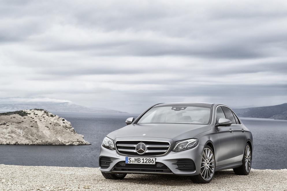 Na zbliżającym się salonie samochodowym w Detroit Mercedes zamierza pokazać nową generację Klasy E. Niemiecki producent jeszcze przed oficjalnym debiutem pokazał zdjęcia nowości / Fot. Mercedes-Benz