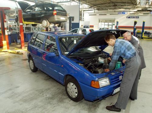 Fot. Tomasz Jodłowski: Powodem długiego rozgrzewania się silnika może być uszkodzony termostat. Sprawdzenie poprawności działania termostatu nie jest skomplikowane, trzeba go jednak wymontować z układu