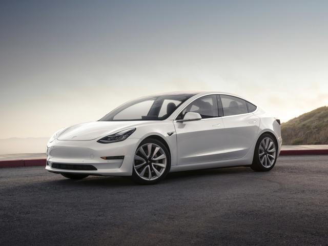 Tesla Model 3   Podstawowy wariant na pełnym ładowaniu ma pokonać dystans około 350 km, natomiast mocniejsza odmiana pozwoli przejechać bez konieczności ładowania około 500 km. W podstawowym wydaniu pojazd osiąga prędkość maksymalną 209 km/h i od 0 do 100 km/h przyspiesza w ciągu 5,6 sekundy.  Fot. Tesla