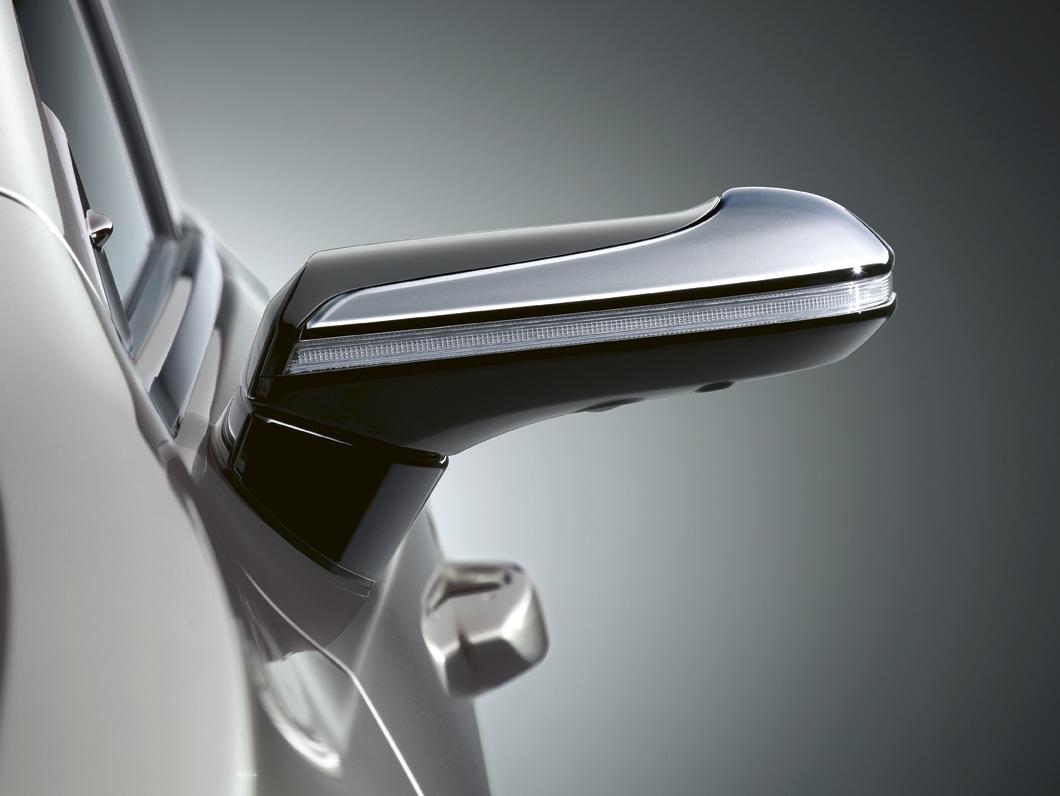 System został wprowadzony w Japonii w 2018 roku jako pierwszy na świecie w seryjnie produkowanym samochodzie. Zastępuje konwencjonalne lusterka boczne kompaktowymi, zewnętrznymi kamerami o wysokiej rozdzielczości, podłączonymi do monitorów, zamontowanych wewnątrz auta. Jak przekonuje Lexus rozwiązanie zapewnia lepszą widoczność obszaru za pojazdem oraz wzdłuż jego boków we wszystkich warunkach jazdy, zmniejszając lub eliminując martwe pole. Obraz jest automatycznie dostosowywany do sytuacji, aby zapewnić lepszą widoczność podczas skręcania lub cofania.  Fot. Lexus