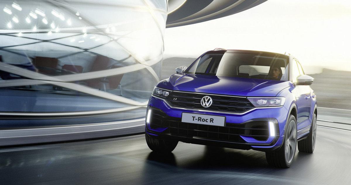 Volkswagen  T Roc R   Za napęd odpowiada czterocylindrowy, dwulitrowy silnik TSI o mocy 300 KM. Dzięki seryjnemu napędowi 4Motion maksymalny moment obrotowy o wartości 400 Nm trafia do czterech kół za pośrednictwem 7-biegowej przekładni DSG. Przyspieszenie do 100 km/h trwa tylko 4,9 sekundy. Prędkość maksymalna jest elektronicznie ograniczona do 250 km/h.  Fot. Volkswagen