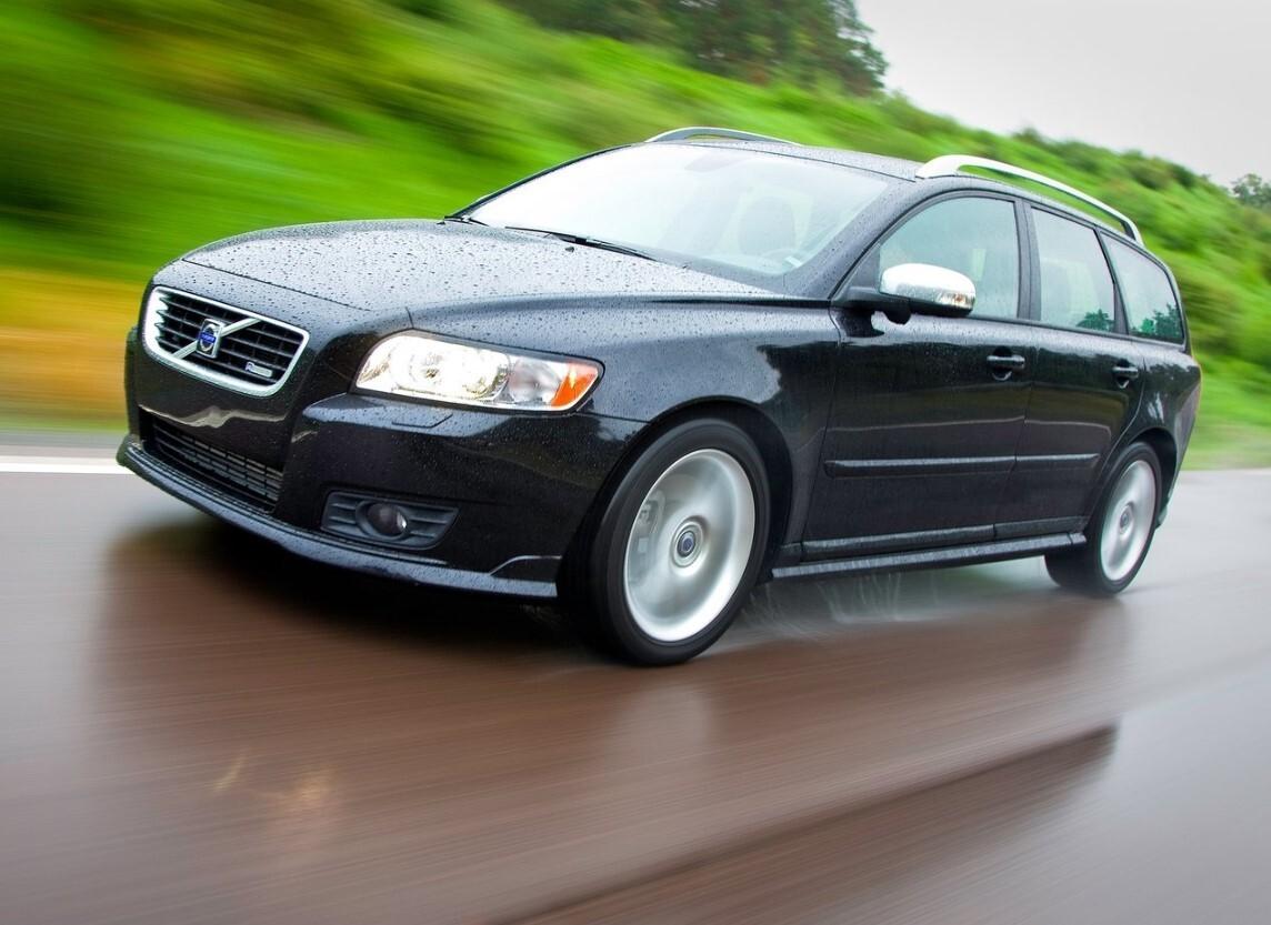 Jak wynika z danych AAA AUTO, od 2020 roku na rynku aut używanych zwiększyła się liczba oferowanych samochodów typu kombi z 18 proc do 21 proc. w 2021 roku. W tym samym czasie liczba sprzedawanych SUVów wzrosła tylko o 1 proc., z 18 do 19 proc. Natomiast zdecydowanie spadło zainteresowanie autami typu hatchback, z 40 proc. do 36 proc. Fot. Volvo