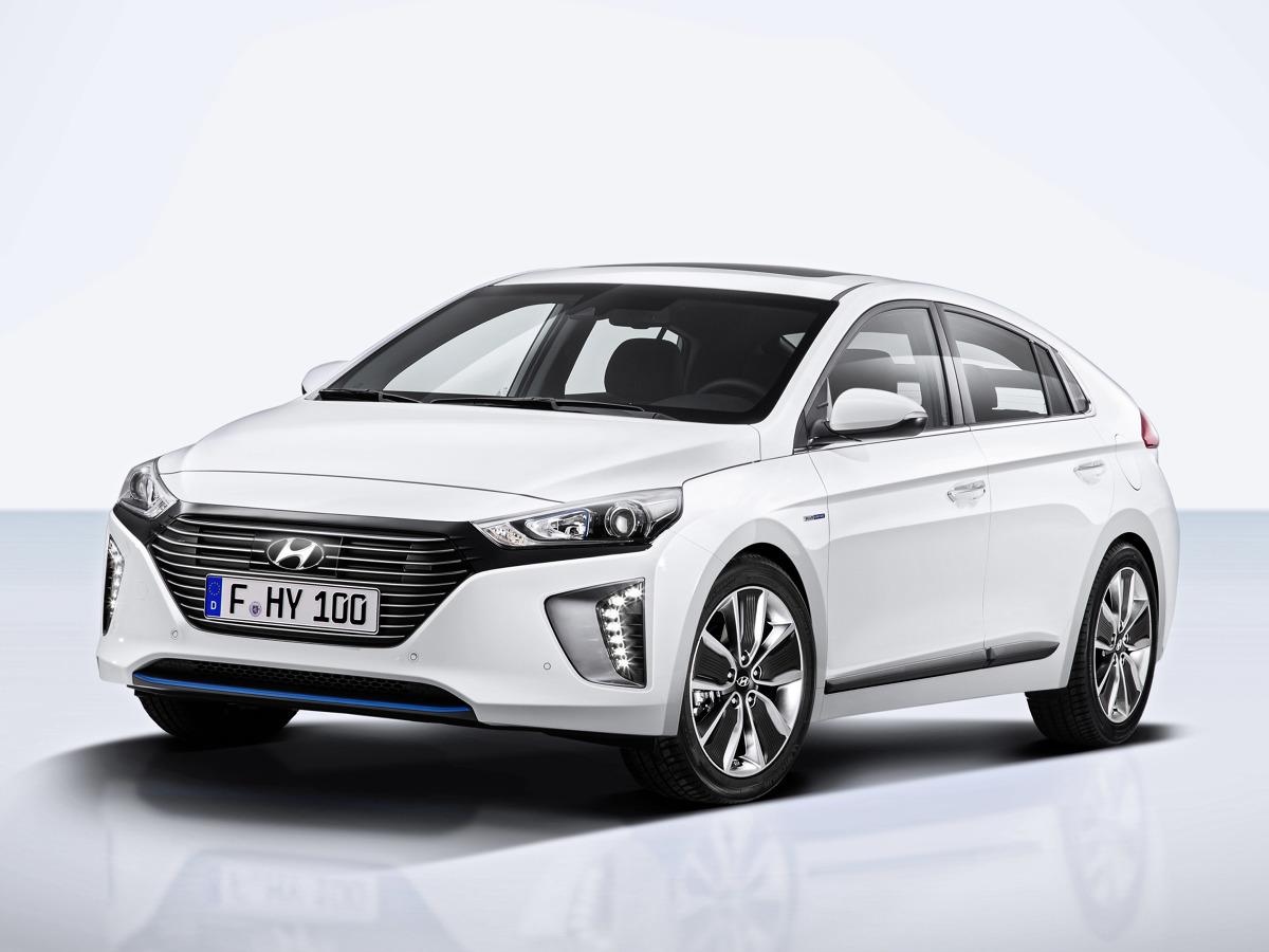 Hyundai IONIQ  Pierwszy w salonach Hyundai pojawił się IONIQ w wersji hybrydowej Model IONIQ Hybrid napędza nowo opracowany, czterocylindrowy silnik 1.6 GDI Kappa o mocy 105 KM (77 kW) oraz silnik elektryczny o mocy 43,5 KM (32 kW) zasilany akumulatorami litowo-jonowo-polimerowe. Łączna moc obu silników to aż 141KM (104kW).   Fot. Hyundai