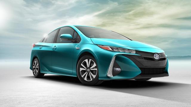 Toyota Prius Plug-in Hybrid.  Bateria litowo-jonowa 8,8 kWh zapewnia nowemu modelowi większy zasięg na samym silniku elektrycznym oraz umożliwia częstsze korzystanie z niego podczas jazdy w trybie spalinowo-elektrycznym. W ten sposób zwiększył się również zasięg auta na jednym tankowaniu.  Fot. Toyota
