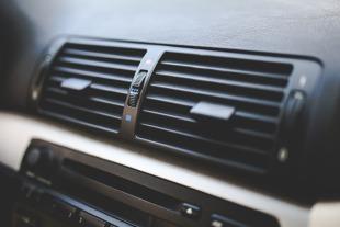 Samochód latem. Jak szybko schłodzić wnętrze auta?
