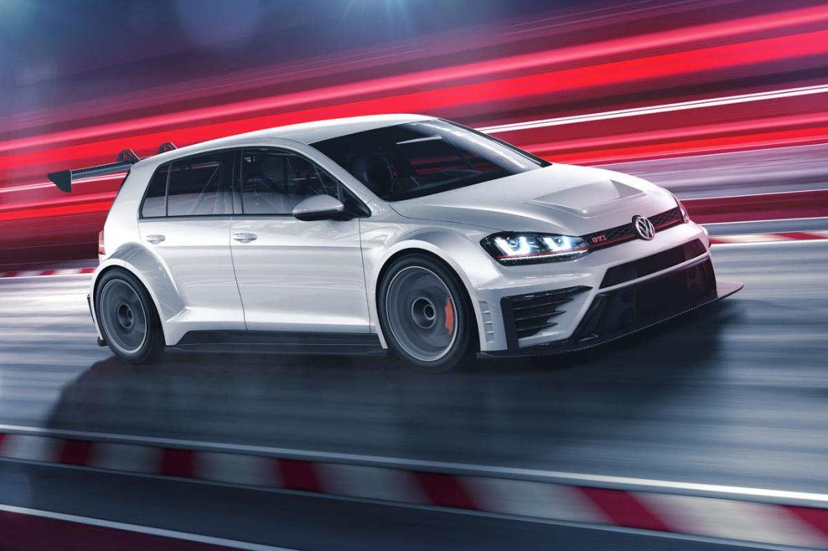 Volkswagen Golf GTI TCR.   Specjalnie przygotowany pakiet aerodynamiczny obejmuje zmodernizowane zderzaki, duże tylne skrzydło oraz nakładki progowe. Samochód porusza się na 18-calowych kołach.  Fot. Volkswagen