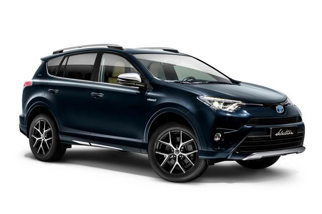 """Toyota RAV4 Hybrid   W wersji Selection nabywcy otrzymają pakiet systemów bezpieczeństwa czynnego Toyota Safety Sense. Składają się na niego funkcja zapobiegania kolizjom PCS (Pre-Collision System) z mechanizmem wykrywania pieszych, układ ostrzegania o opuszczaniu pasa ruchu LDA (Lane Departure Alert) z funkcją powrotu na pas ruchu, aktywny tempomat ACC (Adaptive Cruise Control), automatyczne światła drogowe AHB (Automatic High Beam) oraz rozpoznawanie znaków drogowych (Road Sign Assist). A wszystkie informacje są wyświetlane na ekranie systemu multimedialnego Toyota Touch 2 oraz kolorowym wyświetlaczu TFT 4,2"""" między zegarami.  Fot. Toyota"""