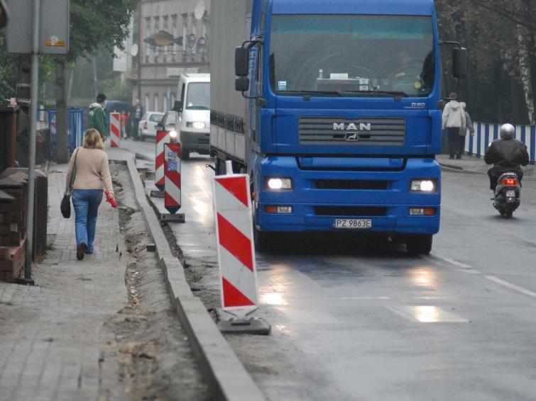 Po podwyżce opłat tiry zjechały z autostrad na zwykłe drogi