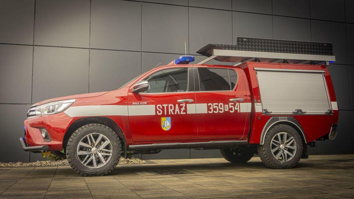 Toyota Hilux   Auta służb ratunkowych muszą być gotowe do akcji w każdej chwili. Nie mogą zawieść w momencie próby, a ich eksploatacja powinna być długa i bezproblemowa. Zabudowany na potrzeby straży pożarnej Hilux to wóz gotowy na każde wyzwanie.  Fot. STEELER