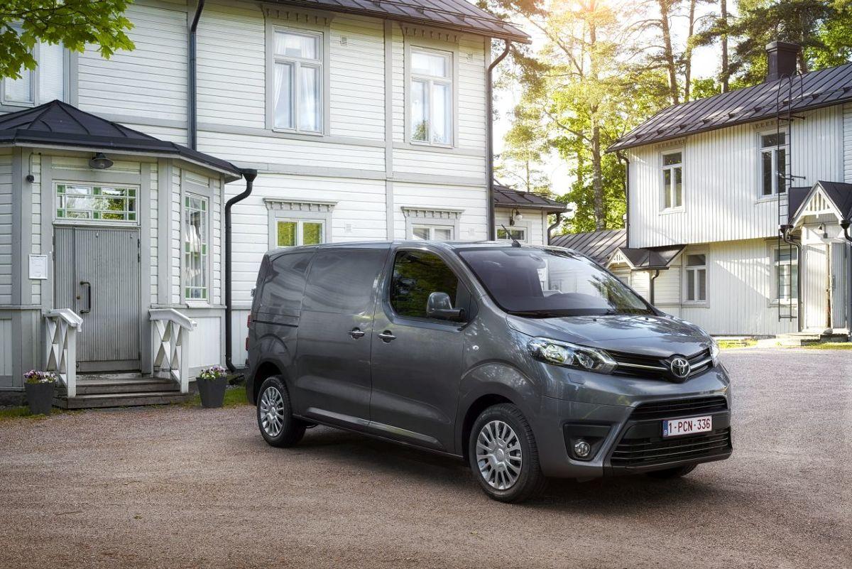 Toyota Hiace   Samochód może pomieścić do 17 osób. Występuje w dwóch odmianach nadwozia – standardowej o długości 5 265 mm i wysokości 1 990 mm oraz większej, o długości 5 915 mm oraz wysokości aż 2 280 mm.   Fot. Toyota