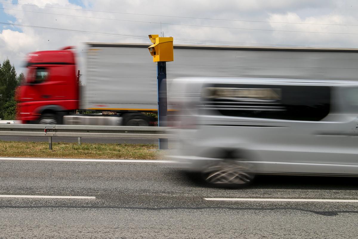 """Jak kierowcy zachowują się przy fotoradarach? Czy jadą zgodnie z obowiązującą prędkością? A może """"dla pewności"""" poruszają się znacznie wolniej? Reakcje Polaków na widok stacjonarnych fotoradarów przeanalizowali specjaliści z systemu Yanosik. Jakie są wyniki badania?  Fot. Anna Kaczmarz"""
