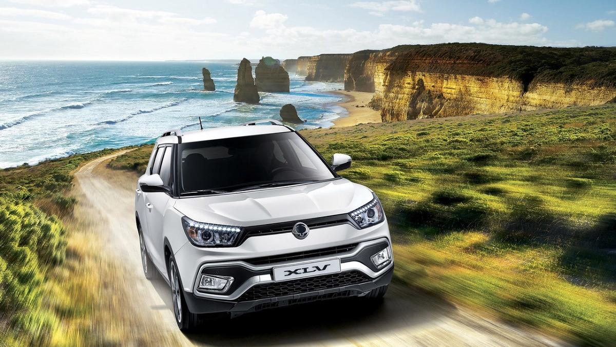 SsangYong XLV   Po premierze Tivoli SsangYong zaprezentował podczas tegorocznego salonu samochodowego w Genewie SsangYonga XLV - nową, wydłużoną wersję tego modelu, cechującą się zwiększoną przestrzenią bagażową i praktycznością. Samochód ten pokazywany był wcześniej jako koncept XLV-Air we Frankfurcie, a ponieważ spotkał się z przychylnym przyjęciem, koreańska firma zdecydowała się na uruchomienie masowej produkcji.  Fot. SsangYong