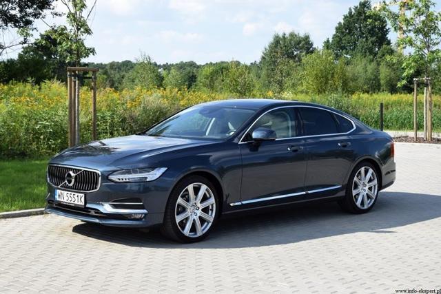 Volvo S90    W testowanym aucie do napędu kół przednich wykorzystana jest jednostka wysokoprężna o pojemności skokowej 1969 ccm i mocy 190 KM. Wpływ na osiągi auta ma oprócz mocy, moment obrotowy a w tym przypadku jego maksymalna wartość 400 Nm osiągana jest w zakresie prędkości obrotowej 1750-2500 obr./min.  Fot. Robert Kulczyk / Info-Ekspert (http://www.info-ekspert.pl)
