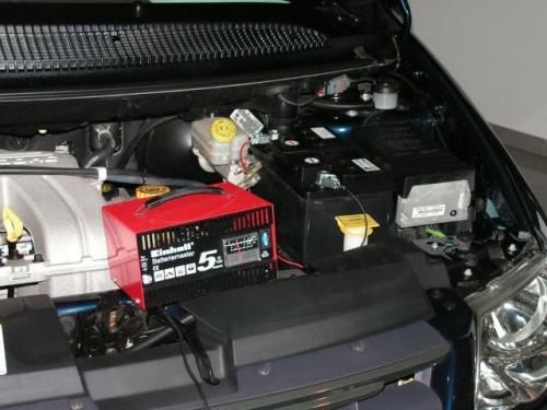 Fot. Maciej Pobocha: Zwykłym prostownikiem nie można ładować akumulatora włączonego do instalacji elektrycznej samochodu. Można wówczas uszkodzić sterujące elementy elektroniczne.
