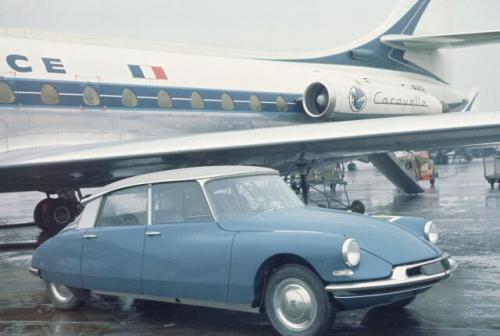 Fot. Citroen: Citroen DS 19, który w 1955 r. objawił się na salonie samochodowym w Paryżu, wzbudził sensację. Miał awangardowe nadwozie i rozwiązania techniczne. Wyprzedzał swoją epokę pod każdym względem.