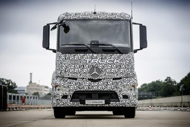 Mercedes Urban eTruck  Sześciokołową, koncepcyjna ciężarówkę napędzają tylko silniki elektryczne. Łączna moc układu wynosi 335 KM mocy i 1000 Nm maksymalnego momentu obrotowego.   Fot. Mercedes-Benz