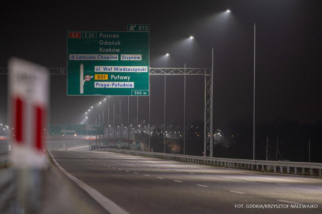 Dziś, w godzinach popołudniowych, kierowcy będą mogli skorzystać z ponad 15 kilometrów drogi ekspresowej S2 pomiędzy węzłami Warszawa Wilanów a Lubelska, z nowym mostem na Wiśle. Udostępnione zostaną również kolejne relacje ruchu na węźle Lubelska stanowiącym połączenie autostrady A2 oraz dróg ekspresowych S2 i S17. Oddane odcinki ułatwią przemieszczanie się pomiędzy Wilanowem i Wawrem, a także połączenie stolicy z Siedlcami i Lublinem. Fot. GDDKiA