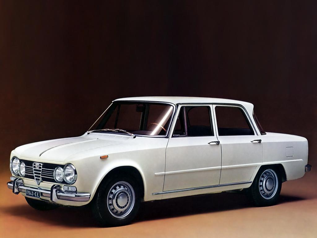 Alfa Romeo Giulia Oryginalna Giulia pojawiła się w 1962 roku jako sportowy sedan. Moce silników były spore jak na ówczesne czasy, a własności jezdne godne pozazdroszczenia. Model ten był na tyle udany, że jego produkcję zakończono dopiero w 1978 roku. Następcą została Giulietta drugiej generacji.  Fot. Alfa Romeo