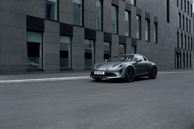 Alpine A110S   W porównaniu z innymi wersjami A110 model A110S z mocą silnika zwiększoną o 40 KM jest najszybszą i najbardziej potężną wersją w ofercie. Czterocylindrowy silnik o pojemności 1,8 litra pozostał, ale zwiększono ciśnienie doładowania turbosprężarki o 0,4 bara, co zapewnia lepsze osiągi.  Fot Alpine
