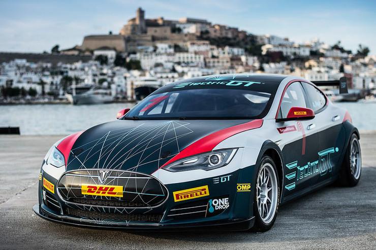 Tesla Model S w wersji P100D   Mistrzostwa Electric GT mają odbywać się na siedmiu europejskich torach. Potwierdzono już Nürburgringu, Estoril i Paul Ricard.Wyścigowy weekend ma składać się z 20-minutowej sesji treningowej, 30-minutowych kwalifikacji i dwóch wyścigów po 60 km każdy. Pierwszy z nich ma być rozgrywany za dnia, drugi po zmierzchu.  Fot. Tesla
