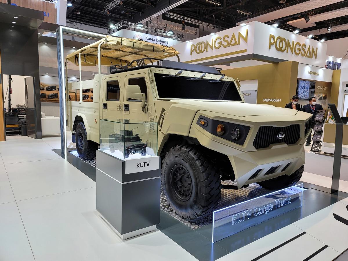 Kia Corporation – podczas tegorocznej Międzynarodowej Wystawy Przemysłu Zbrojeniowego (IDEX) w Zjednoczonych Emiratach Arabskich, największej międzynarodowej wystawie tego typu na Bliskim Wschodzie i w Afryce – prezentuje lekki koncepcyjny pojazd taktyczny oraz podwozie do zabudowy.  Fot. Kia