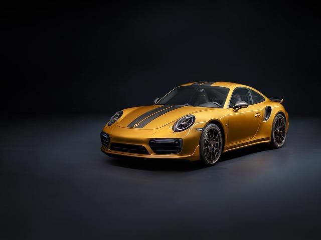 Porsche 911 Turbo S Exclusive Series  Do wyposażenia standardowego należą aktywne sportowe zawieszenie z systemem Porsche Active Suspension Management (PASM) oraz pakiet Sport Chrono. Skrętna tylna oś oraz układ aktywnej redukcji bocznych przechyłów Porsche Dynamic Chassis Control (PDCC) poprawiają prowadzenie i zwiększają stabilność.  Fot. Porsche