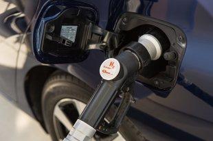 Tankowanie auta na wodór. Jak korzystać z dystrybutora? (video)