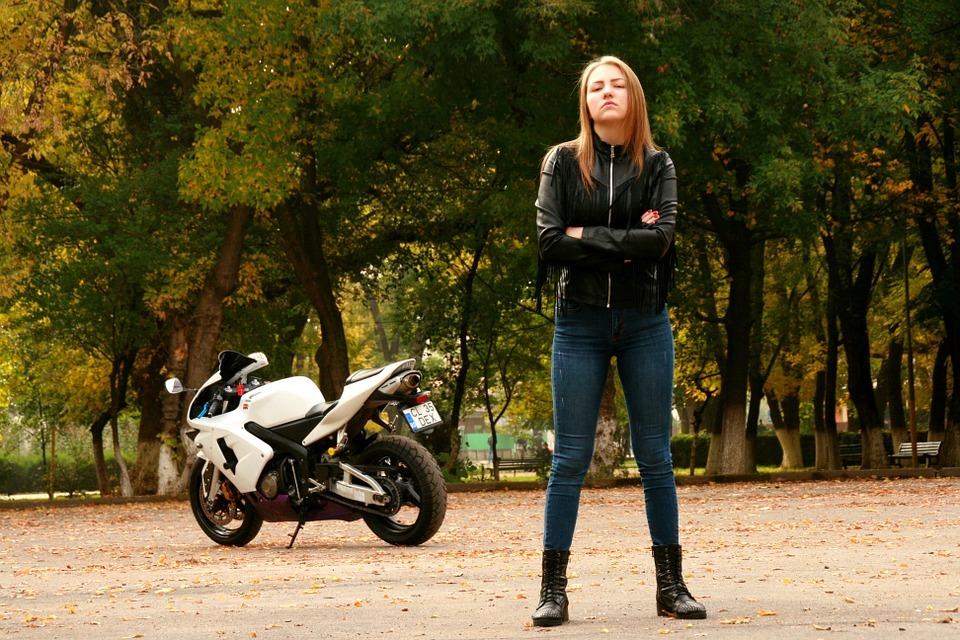 Ponieważ jazda motocyklowa może być dość niebezpieczna, należy dołożyć wszelkich środków, aby zwiększyć swoje bezpieczeństwo. Dotyczy to nie tylko kasku, ale również odzieży wierzchniej. Adepci jazdy na motocyklach powinni zwrócić uwagę nie tylko na sprzęt ich wymarzonego dwuślada.