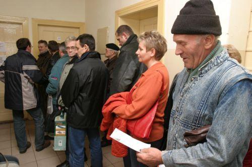 Fot. Dariusz Gdesz: W wydziałach komunikacji ustawiają się kolejki chętych do wymiany prawa jazdy.