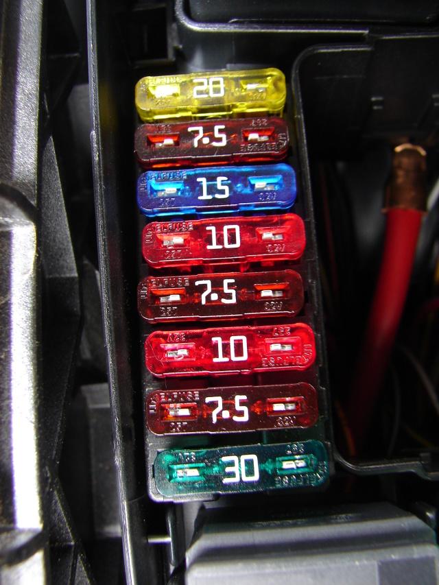 To jedne z najmniejszych elementów w instalacji elektrycznej pojazdu. Jeśli jednak zadziałają – chroniąc cały układ – wtedy dopiero doceniamy, jak dużą rolę mają one do spełnienia.  Fot. Mark Snow