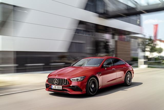 Rzędowy 6-cylindrowy silnik o pojemności 3 litrów pod maską AMG GT 43 4MATIC+ generuje moc 367 KM oraz maksymalny moment obrotowy 500 Nm. Samochód przyspiesza od 0 do 100 km/h w ciągu 4,9 s, a jego prędkość maksymalna wynosi 270 km/h.  Fot. Mercedes-Benz