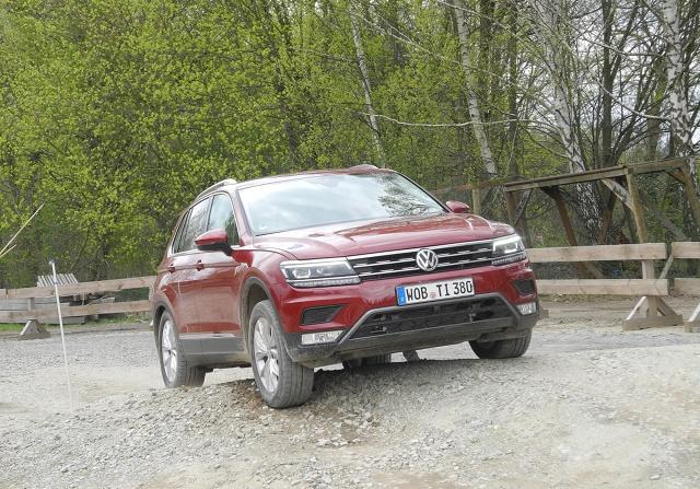 Volkswagen Tiguan   Odmiennie niż w poprzednim Tiguanie, w nowym modelu wersje są oznaczone nazwami stosowanymi w większości obecnie produkowanych Volkswagenów. Mamy zatem trzy wersje: Trendline, Comfortline i Highline. Bazowa wersja Trendline z podstawowym silnikiem 1.4 TSI 125 KM kosztuje 97 980 zł.   Fot. Wojciech Frelichowski