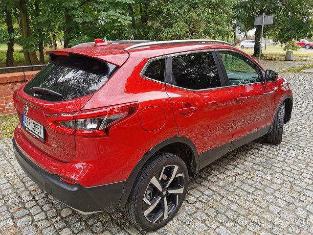 Nissan Qashqai to bardzo ważny samochód w gamie japońskiego producenta. Model był pionierem w klasie samochodów crossover. Producent zaryzykował nową bryłą nadwozia i zgarnął pełną pulę. Przez pierwsze 10 lat produkcji z fabryk wyjechało ponad 3 miliony egzemplarzy, a sprzedaż i wolumen produkcji wciąż rośnie. Choć inni producenci już dawno poszli w ślady Nissana, zapewniając mu silną konkurencję, model nadal cieszy się doskonałą sprzedażą w Europie, w tym w Polsce, utrzymując pozycję bestsellera marki.  Fot. Jacek Wasilewski