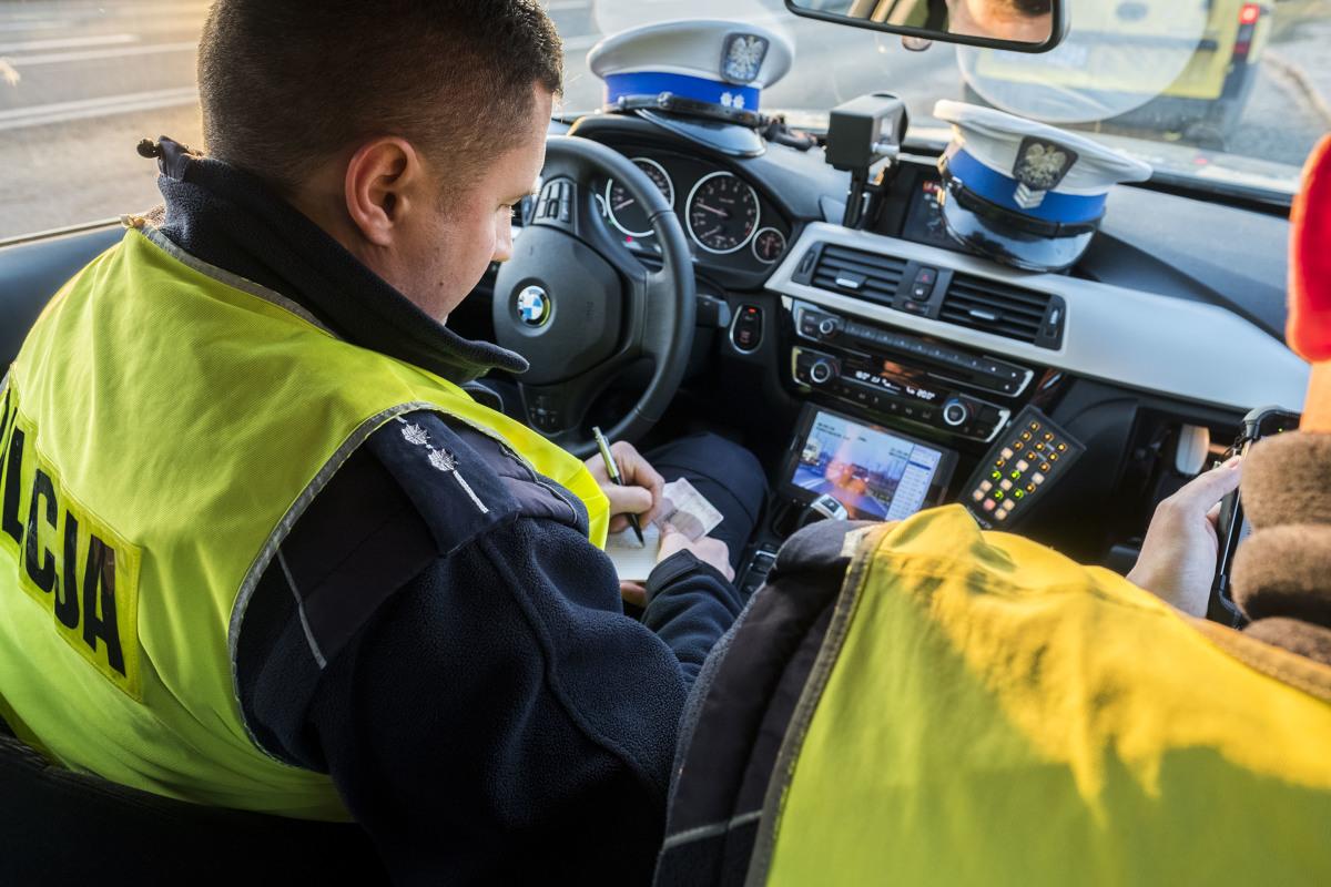 1 października 2018 roku to przewidywana – ale nadal niepewna – data wprowadzenia ułatwień dla kierowców, polegająca na braku konieczności wożenia ze sobą dokumentu polisy OC i dowodu rejestracyjnego pojazdu.  Fot. Grzegorz Olkowski